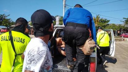 Pánico en playa de Pradomar: rescatan a siete jóvenes que se estaban ahogando