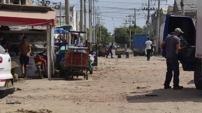 Personas que trabajan en Barranquillita aseguran que transitar por algunas calles es complicado por el mal estado de las calles.