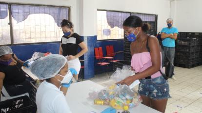 La entrega de paquetes nutricionales beneficia a estudiantes de 77 colegios oficiales del Distrito de Cartagena.