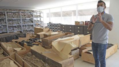 El director del Museo de Antropología de Uniatlántico, Álvaro Martes, observa alguno de los cadáveres encontrados en Juan Mina.