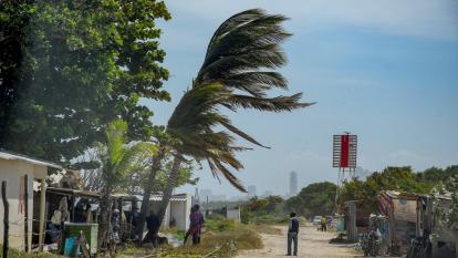 Declaran alerta roja por fuertes vientos y oleaje en el Caribe