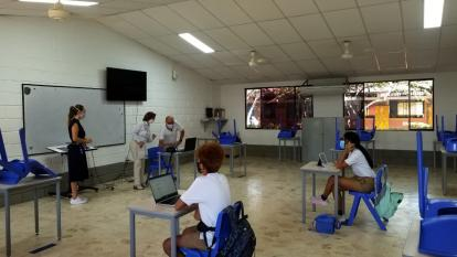 En las aulas se observa el distanciamiento social entre los estudiantes y docentes.