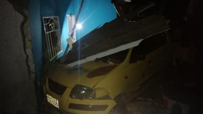 Taxi colisionó contra una casa: un hombre está grave