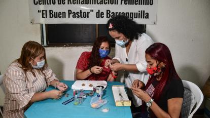 Mónica Arenas va semanalmente al centro carcelario para dar sus clases.