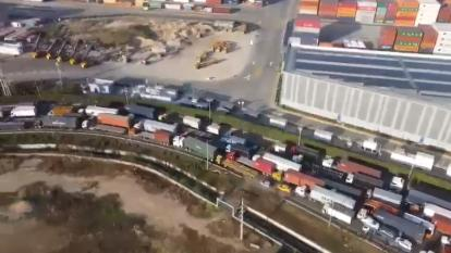 Vista aérea de la zona de Mamonal paralizada por una hilera de camiones y tractomulas.