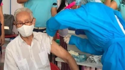 Usualdo Gaviria cuando era inmunizado contra la covid-19.