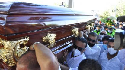 El féretro en el que reposa el 'Jilguero de América' en su recorrido hacia el cementerio de su municipio.