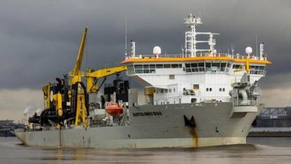 Draga Bartolomeu Dias realiza los trabajos de dragado en el canal de acceso para mejorar la navegabilidad.