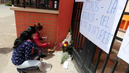 Estudiantes colocan velas hoy en las puertas de la UPEA en El Alto (Bolivia).