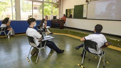 Niños reciben clases bajo el modelo de alternancia.