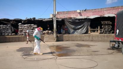 Personal de Veolia en una jornada de limpieza y desinfección en el mercado de Bazurto.