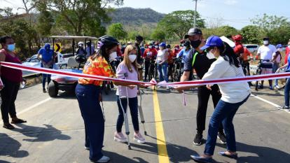 Gobernadora entregó 6.7 km de vía en la zona costera