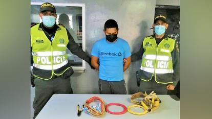 Policía lo sorprende manipulando redes eléctricas