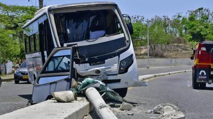 Conductor de buseta choca con un poste en el barrio Campo Alegre