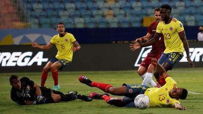 Yerry Mina no llegó a tiempo a este buen centro de Daniel Moreno que había logrado superar a Wuilker Faríñez.