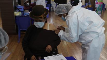 """Gobierno boliviano dice que los vacunados no se convierten en """"hombres lobo"""""""