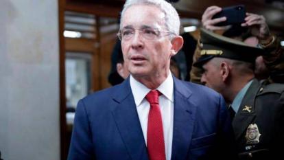 Aplazan audiencia de preclusión en caso contra Uribe