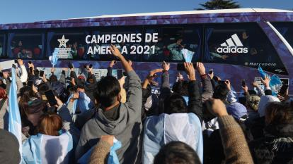 El bus de la Selección de Argentina rodeado de centenares de hinchas en su país.
