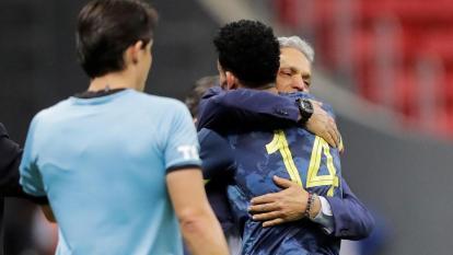 Reinaldo Rueda, técnico de la selección Colombia, abrazando a 'Luchito' Díaz.