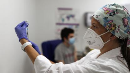 Jóvenes en España animan a vacunarse para frenar quinta ola de covid