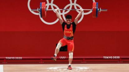 Atleta chino ganó medalla de oro mientras se sostenía con una sola pierna