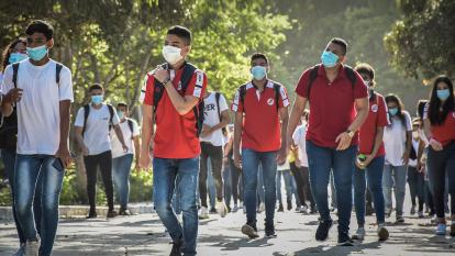 Estudiantes regresan a los salones de clases