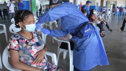 Migrantes gestantes pueden vacunarse contra la covid-19 en Colombia: Gobierno
