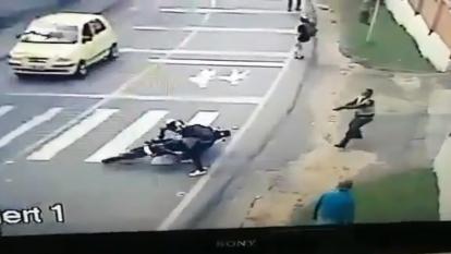 Cámaras de seguridad captaron reacción de policía que evitó robo de una moto en Antioquia