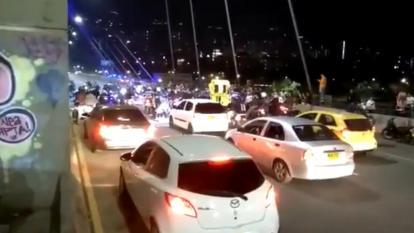 Mujeres bloquearon vía en Medellín mientras lanzaban billetes