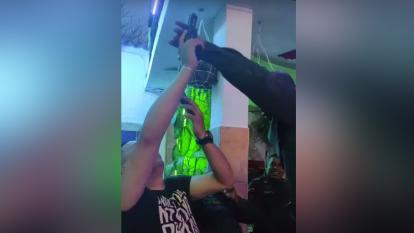 Investigan a oficial que dispara un arma en medio de una celebración