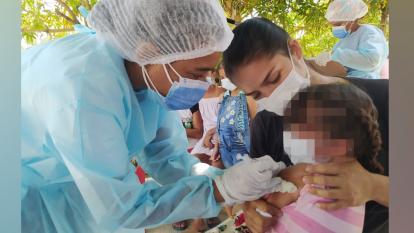 Materno Infantil llega a barrios de Soledad con vacunas para esquema regular de niños y covid-19 para población general
