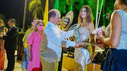 Gobernador de Sucre le impone banda a la soberana de la belleza