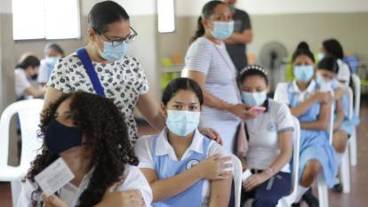 Desde hoy vacunación contra covid-19 en colegios Distritales
