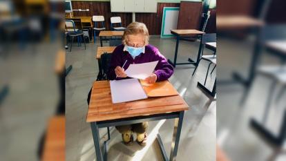 Estoy más feliz: mujer terminó primaria a sus 93 años y seguirá estudiando