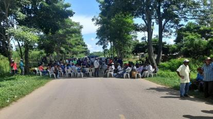 Indígenas Zenú bloquean vía intermunicipal en Córdoba