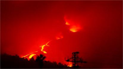 El volcán de La Palma provoca una gran nube de cenizas y numerosos temblores