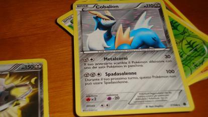 Recibió ayuda monetaria en pandemia y gastó 200 millones en una carta de Pokemón