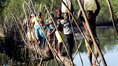 El puente de 30cm que comunica a varios pueblos en Liberia