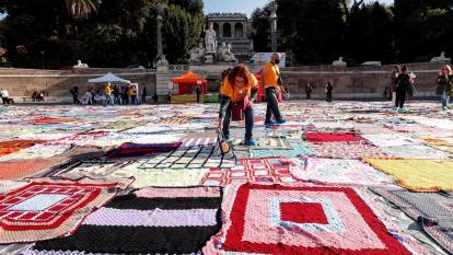 Con venta de alfombras benéficas, ayudan a personas vulnerables en Roma