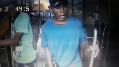 En video quedó registrado atraco a un conductor de bus, sobre la calle Murillo