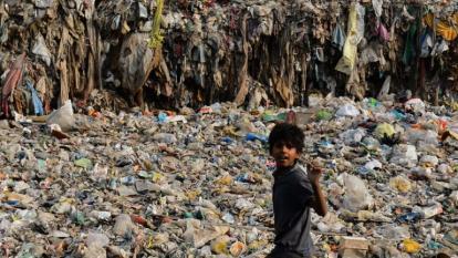El impresionante 'océano' de plástico que invade un suburbio de Nueva Delhi