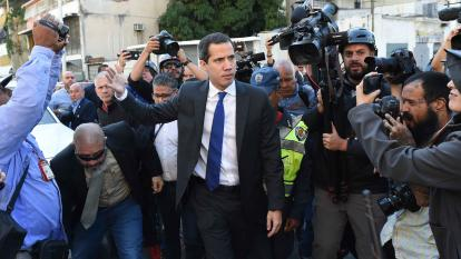 En video | Este es el momento en que Guaidó entra por la fuerza al parlamento venezolano