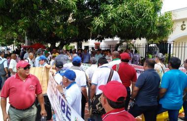 Un grupo de trabajadores y pensionados protestaron ayer en la sede de la Superservicios.