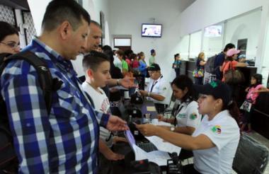Las autoridades han indicado que la Cancillería es la encargada de entregar visas de trabajo a los ciudadanos extranjeros.