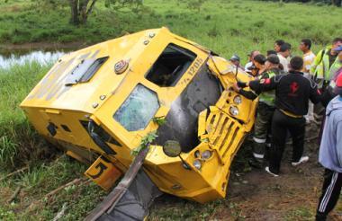 Los ocupantes quedaron aprisionados dentro del vehículo, lo que dificultó las labores de rescate.