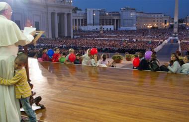Unos 150.000 miembros de familias católicas venidas de 75 países se reunieron en la Plaza de San Pedro el pasado sábado y fueron testigos de la intervención del niño colombiano de seis años. Al papa se le vio complacido con la actitud del menor.