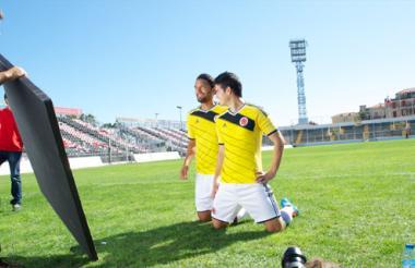 Abel Aguilar y James Rodríguez con la nueva camiseta.