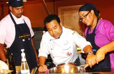 Arelis Howard y Orvil Robinson, en compañía del chef del restaurante Paparazzi del Hotel Chateau de Bangkok.