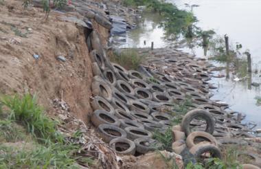 Este es el sitio donde colapsó la obra, que costó 4.200 millones de pesos y consistió en la instalación de llantas viejas de carros para el control de la erosión.