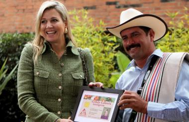 La reina Máxima de Holanda recibe la cédula cafetera colombiana de manos de Juan Valdez.